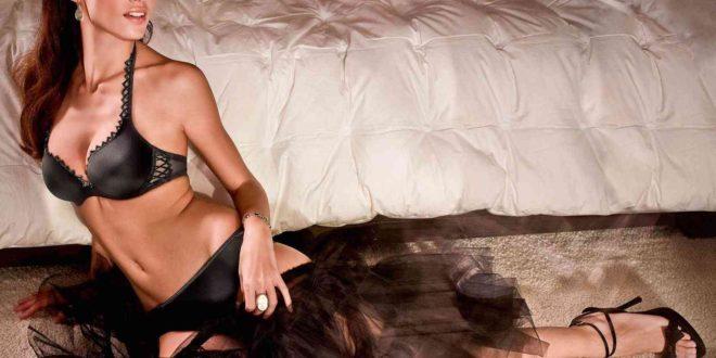 Donna con capelli neri in biancheria nero lucido