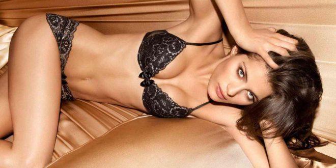 Donna distesa sul letto in biancheria intima nera due pezzi - copertina racconto erotico